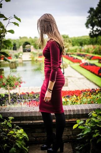 Темно-красное облегающее платье — беспроигрышный вариант непринужденного повседневного лука. Что касается обуви, можно отдать предпочтение классическому стилю и выбрать черные кожаные ботильоны.