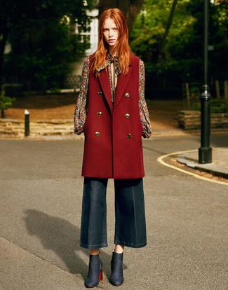 Женские луки в стиле смарт-кэжуал: Темно-красное пальто без рукавов и темно-синие джинсовые брюки-кюлоты помогут составить нескучный и стильный образ. В этот наряд не составит труда интегрировать темно-синие джинсовые ботильоны.