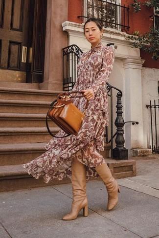 """Как и с чем носить: темно-красное платье-макси с """"огурцами"""", светло-коричневые кожаные сапоги, табачная кожаная большая сумка"""