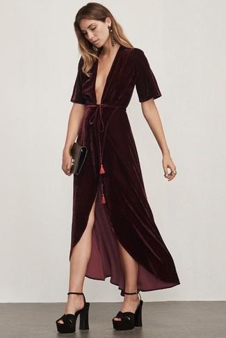 Модный лук: Темно-красное бархатное платье-макси, Черные замшевые массивные босоножки на каблуке, Черный кожаный клатч, Темно-красные серьги