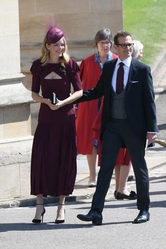 Как и с чем носить: темно-красное платье-миди со складками, темно-красные замшевые туфли, темно-красная шляпа с украшением, прозрачная брошь