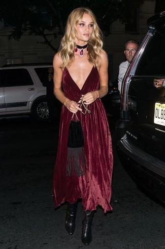 Модный лук: Темно-красное бархатное платье-миди, Черные кожаные ботильоны, Черная замшевая сумка через плечо c бахромой, Черное ожерелье-чокер с украшением