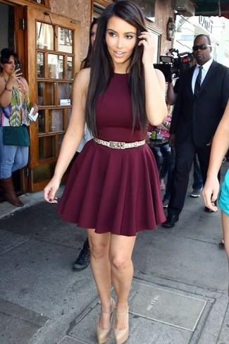Как Kim Kardashian носит Темно-красное платье с плиссированной юбкой, Золотые кожаные туфли, Золотой ремень