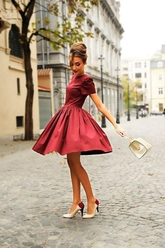 Модный лук: Темно-красное платье с пышной юбкой, Бело-красные кожаные туфли, Белая кожаная сумочка