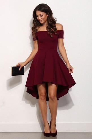 Как и с чем носить: темно-красное платье с пышной юбкой, темно-красные замшевые туфли, черный клатч, золотое ожерелье-чокер