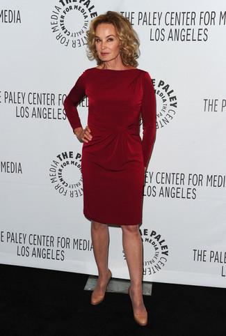 темно красное платье футляр светло коричневые кожаные туфли large 23905