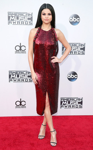 Как Selena Gomez носит Темно-красное платье-футляр с пайетками, Черные кожаные босоножки на каблуке