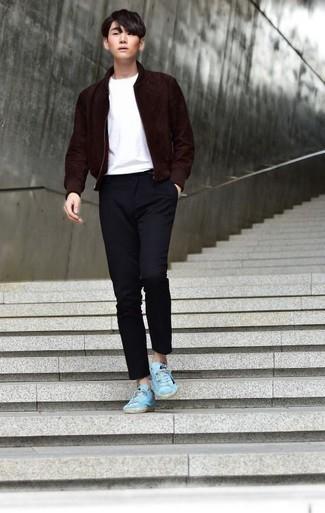 С чем носить темно-синие брюки чинос: Темно-красный замшевый бомбер и темно-синие брюки чинос — необходимые вещи в арсенале парней с хорошим чувством стиля. В паре с бирюзовыми низкими кедами из плотной ткани весь ансамбль выглядит очень динамично.