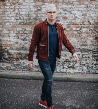 Как и с чем носить: темно-красный замшевый бомбер, темно-синяя футболка-поло, темно-синие джинсы, красные замшевые низкие кеды