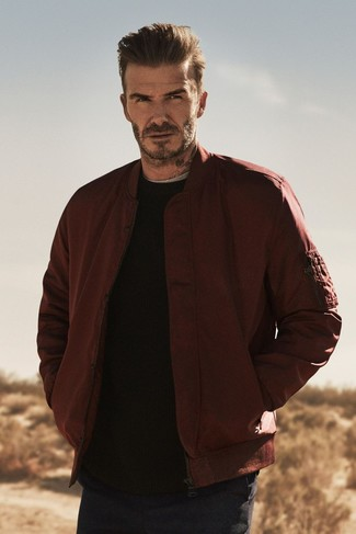 Как David Beckham носит Темно-красный бомбер, Черный свитер с круглым вырезом, Серая футболка с круглым вырезом, Темно-синие брюки чинос