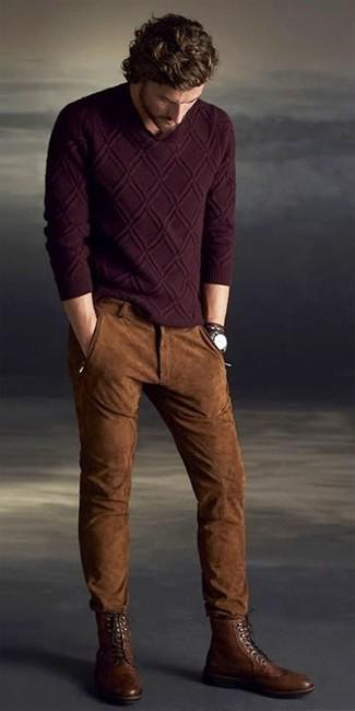 Как и с чем носить: темно-красный вязаный свитер, коричневые замшевые джинсы, коричневые кожаные ботинки броги