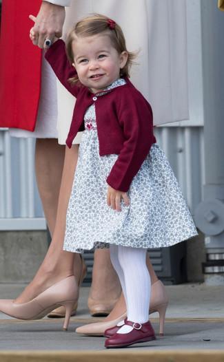 Как и с чем носить: темно-красный кардиган, белое платье с цветочным принтом, темно-красные балетки, белые колготки