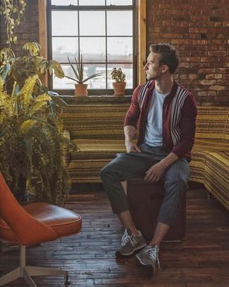 Как и с чем носить: темно-красный кардиган с принтом, серая футболка с круглым вырезом, темно-серые классические брюки в вертикальную полоску, серые замшевые кроссовки