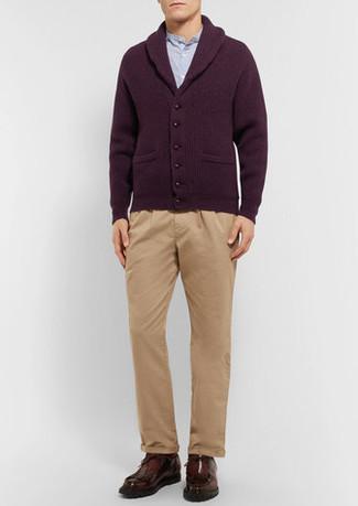 Как и с чем носить: темно-красный кардиган с отложным воротником, голубая рубашка с длинным рукавом, светло-коричневые брюки чинос, темно-коричневые кожаные ботинки дезерты