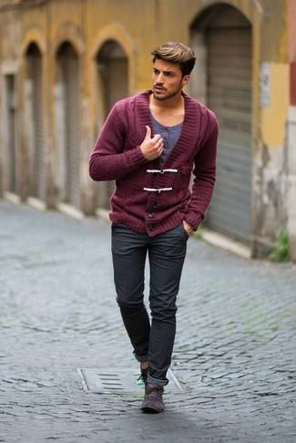 Как и с чем носить: темно-красный кардиган с отложным воротником, серая футболка на пуговицах, темно-серые джинсы, темно-серые замшевые ботинки дезерты