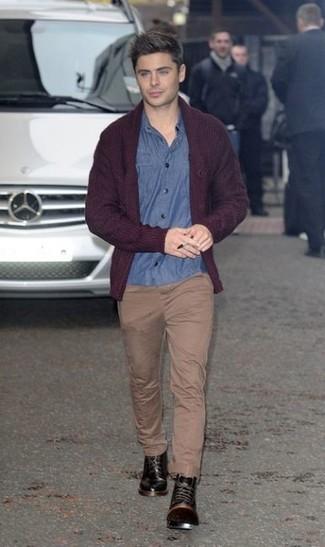 Как и с чем носить: темно-красный кардиган с отложным воротником, синяя рубашка с длинным рукавом из шамбре, светло-коричневые брюки чинос, черные кожаные повседневные ботинки