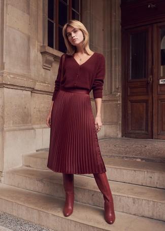 Как и с чем носить: темно-красный кардиган, темно-красная юбка-миди со складками, темно-красные кожаные сапоги, темно-красная кожаная сумка через плечо