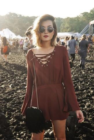 Как и с чем носить: темно-красный комбинезон с шортами, черная замшевая сумка через плечо c бахромой, черно-золотые солнцезащитные очки