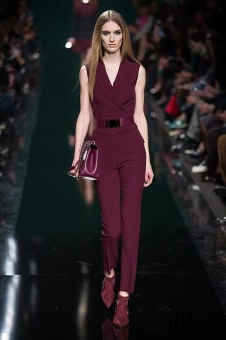 Как и с чем носить: темно-красный комбинезон, темно-красные замшевые туфли, темно-красная кожаная сумка-саквояж, темно-красный кожаный ремень