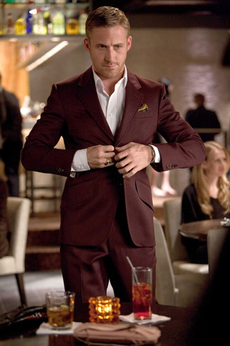 Как и с чем носить: темно-красный костюм, белая классическая рубашка, золотой шелковый нагрудный платок