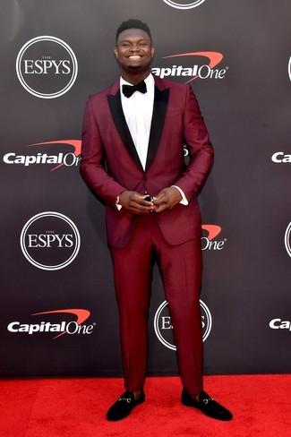 Темно-красный костюм: с чем носить и как сочетать: Сочетание темно-красного костюма и белой классической рубашки выглядит очень мужественно и элегантно. Любители смелых вариантов могут закончить образ черными замшевыми лоферами.