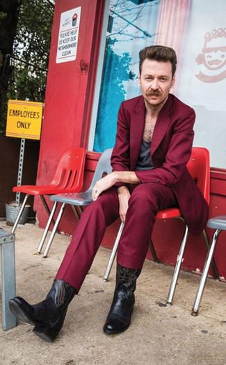 Темно-красный костюм: с чем носить и как сочетать: Темно-красный костюм и темно-серая футболка с круглым вырезом — беспроигрышный выбор для создания мужского образа в элегантно-деловом стиле. Если ты не боишься поэкспериментировать, на ноги можно надеть черные кожаные ковбойские сапоги с вышивкой.