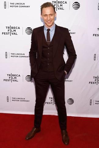 Как и с чем носить: темно-красный костюм-тройка, голубая классическая рубашка, коричневые кожаные оксфорды, темно-красный галстук с принтом