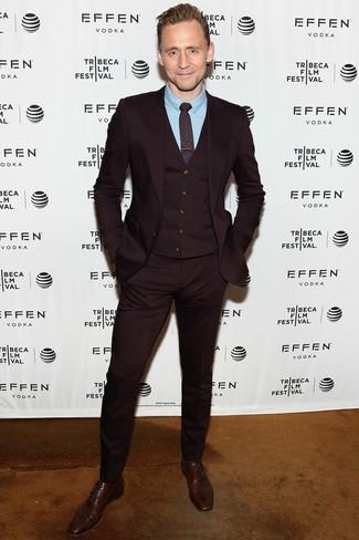 Как и с чем носить: темно-красный костюм-тройка, голубая классическая рубашка, темно-коричневые кожаные оксфорды, темно-красный галстук с принтом
