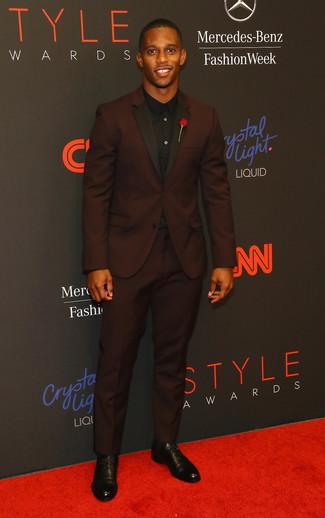 Как и с чем носить: темно-красный костюм, черная классическая рубашка, черные кожаные туфли дерби, красная мужская брошь с цветочным принтом