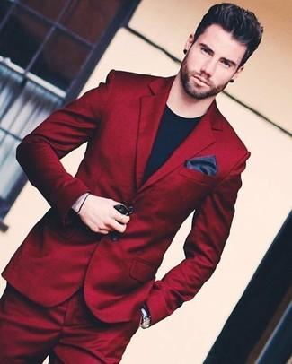Темно-красный костюм: с чем носить и как сочетать: Темно-красный костюм в паре с черной футболкой с круглым вырезом — необычный вариант для парней, работающих в офисе.
