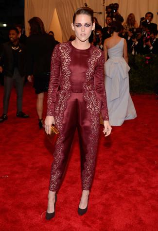 Как и с чем носить: темно-красный кружевной комбинезон, темно-красные замшевые туфли, золотой клатч