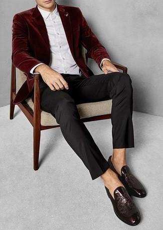 Темно-красный бархатный пиджак: с чем носить и как сочетать мужчине: Темно-красный бархатный пиджак смотрится великолепно в паре с черными классическими брюками. Пара темно-красных кожаных лоферов выигрышно вписывается в этот образ.