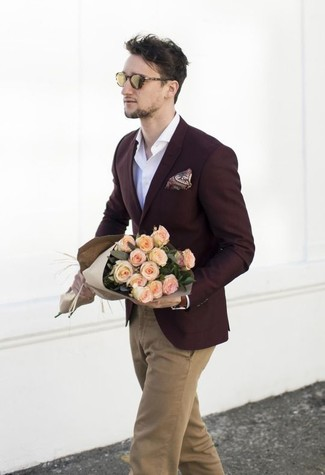 """Как и с чем носить: темно-красный пиджак, белая рубашка с длинным рукавом, светло-коричневые брюки чинос, темно-красный нагрудный платок с """"огурцами"""""""