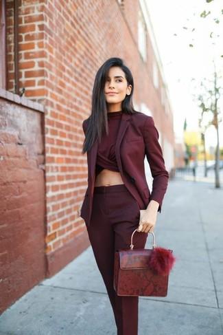 Как и с чем носить: темно-красный пиджак, темно-красный укороченный топ, темно-красные классические брюки, темно-красная кожаная сумка-саквояж