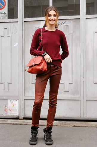 Как и с чем носить: темно-красный свитер с круглым вырезом, коричневые кожаные узкие брюки, черные замшевые ботинки на шнуровке, красная кожаная сумка через плечо