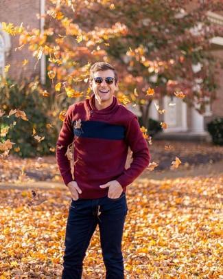 Как и с чем носить: темно-красный свитер с отложным воротником, темно-синие джинсы, коричневые солнцезащитные очки