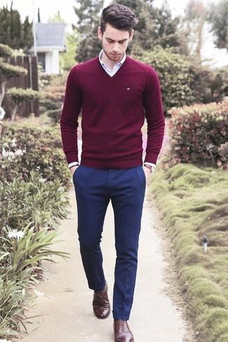Несмотря на то, что этот лук довольно-таки классический, сочетание темно-красного свитера с v-образным вырезом и темно-синих классических брюк неизменно нравится стильным мужчинам, а также покоряет сердца представительниц прекрасного пола. Этот ансамбль легко обретает свежее прочтение в паре с темно-коричневыми кожаными оксфордами.