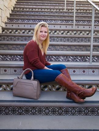 Как и с чем носить: темно-красный свитер с v-образным вырезом, синие джинсы скинни, коричневые кожаные сапоги, серая кожаная большая сумка