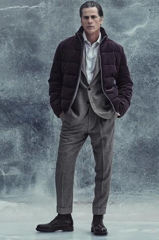 Как одеваться мужчине за 40: Темно-пурпурная куртка-пуховик в паре с серым шерстяным костюмом в шотландскую клетку позволит составить запоминающийся мужской лук. Ты можешь легко приспособить такой образ к повседневным условиям городской жизни, надев черными кожаными повседневными ботинками.