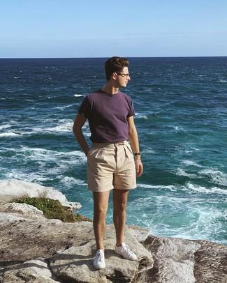Как и с чем носить: темно-пурпурная футболка с круглым вырезом, бежевые брюки чинос, белые низкие кеды