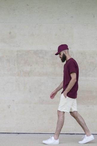 Как и с чем носить: темно-пурпурная футболка с круглым вырезом, белые шорты, белые низкие кеды, пурпурная бейсболка