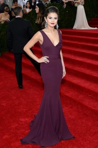 Как Selena Gomez носит Темно-пурпурное вечернее платье, Серебряные серьги, Серебряное кольцо
