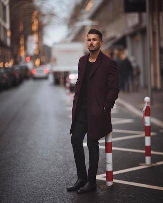 Как и с чем носить: темно-пурпурное длинное пальто, черный свитер с круглым вырезом, черные зауженные джинсы, черные кожаные ботинки челси