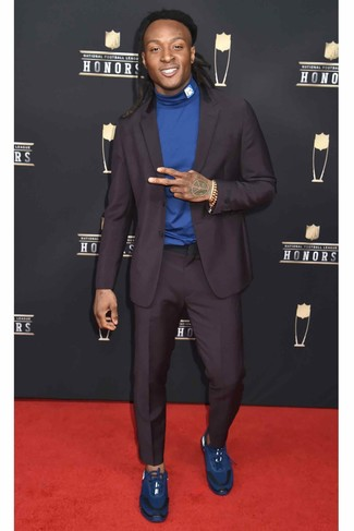 Как и с чем носить: темно-пурпурный костюм, синяя водолазка, синие кроссовки, светло-коричневый браслет