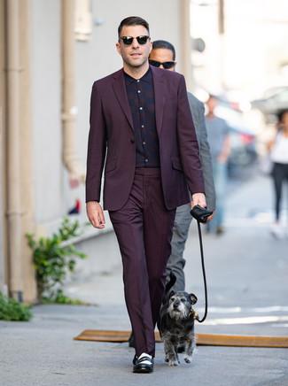Как и с чем носить: темно-пурпурный костюм, темно-пурпурная классическая рубашка в шотландскую клетку, черно-белые кожаные лоферы, черные солнцезащитные очки