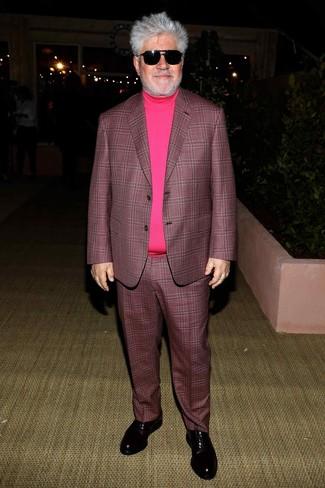 Как и с чем носить: темно-пурпурный костюм в шотландскую клетку, ярко-розовая водолазка, черные кожаные оксфорды, черные солнцезащитные очки