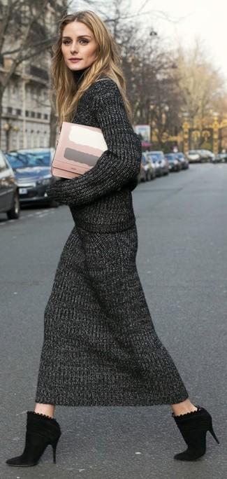Женские луки: Если ты принадлежишь к той немногочисленной группе леди, которые каждый день стараются одеваться безукоризненно стильно, тебе подойдет сочетание темно-серой вязаной водолазки и темно-серой вязаной юбки-миди. Пара черных замшевых ботильонов очень органично вписывается в этот лук.