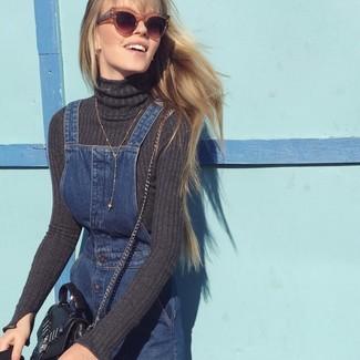 Как и с чем носить: темно-серая водолазка, темно-синий джинсовый сарафан, черная кожаная сумка через плечо, коричневые солнцезащитные очки