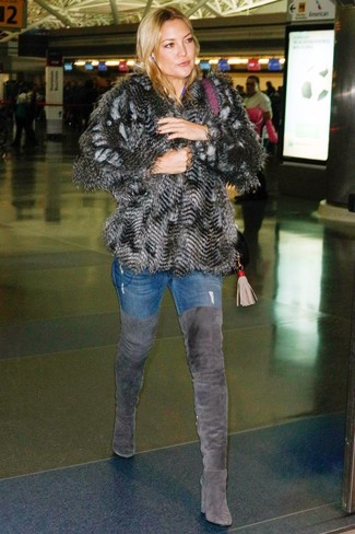 Как и с чем носить: темно-серая короткая шуба, синие джинсы скинни, темно-серые замшевые ботфорты