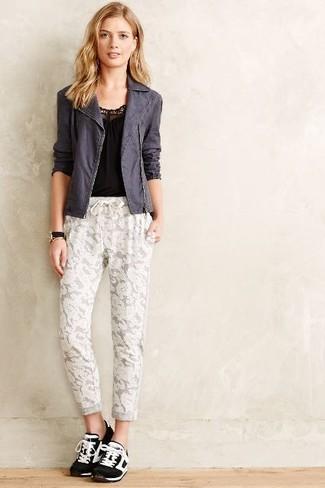 Как и с чем носить: темно-серая косуха, черная майка, белые кружевные спортивные штаны, черно-белые кроссовки